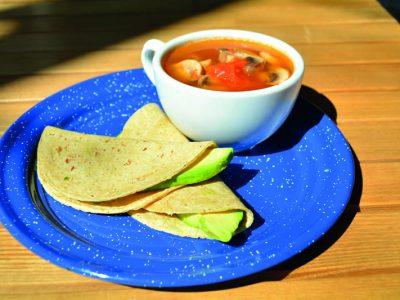 """¡Checa cómo se prepara """"Sopa de hongos con tacos de aguacate""""!"""