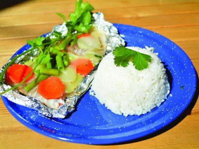 Disfruta esta rica comida: ¡Pescado empapelado con arroz!
