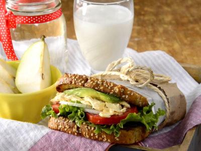 Una buena opción para alimentarnos sanamente es un sándwich integral de pollo, es delicioso !!